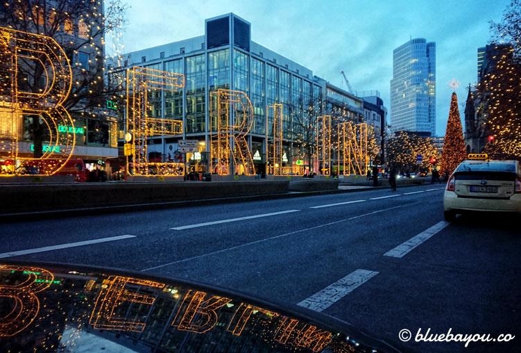Fotoparade Spiegelung: Der Kudamm in Berlin zur Weihnachtszeit.