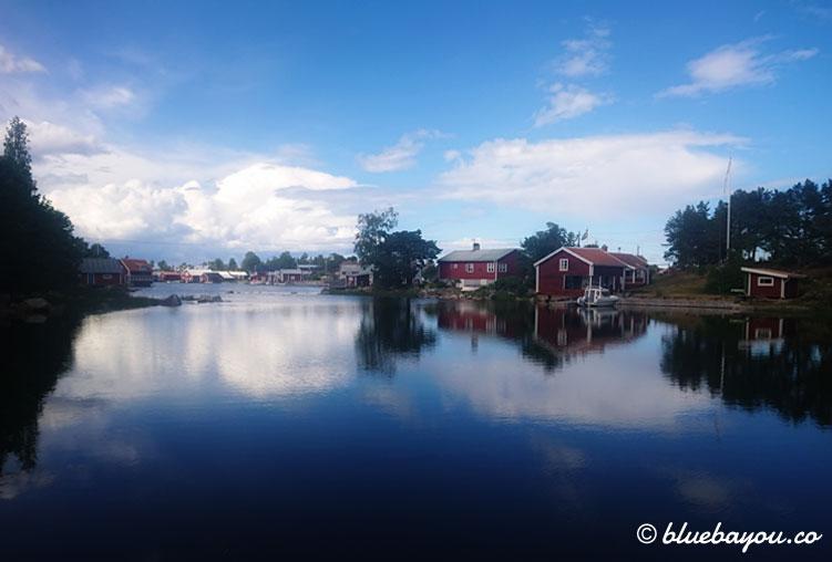 Fotoparade Idylle: Rote Häuser an einem See - der Inbegriff Schwedens.
