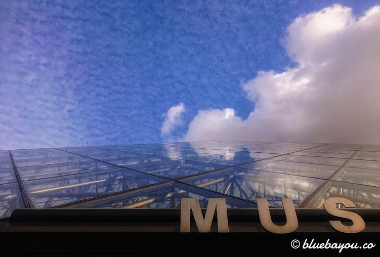 Fotoparade Von unten: Der Louvre in Paris.