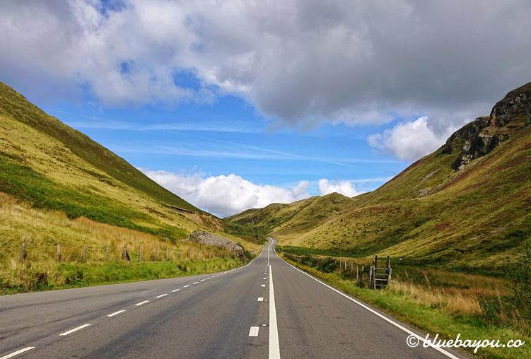 Fotoparade Roadtrip: Fahrt durch Islands Berge.