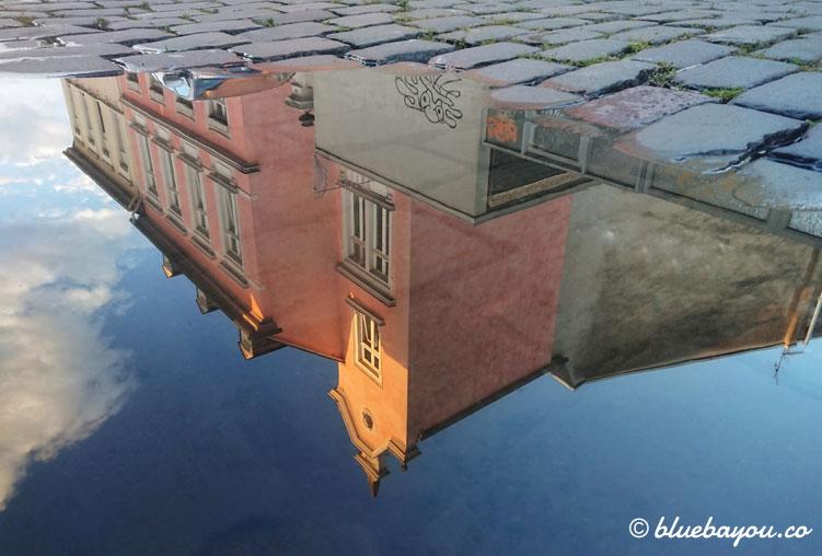 Fotoparade Spiegelung: Haus in Pfütze.