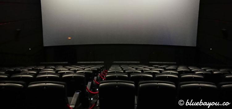 Blick aus der letzten Reihe des 4DX-Kinosaals auf die Leinwand.