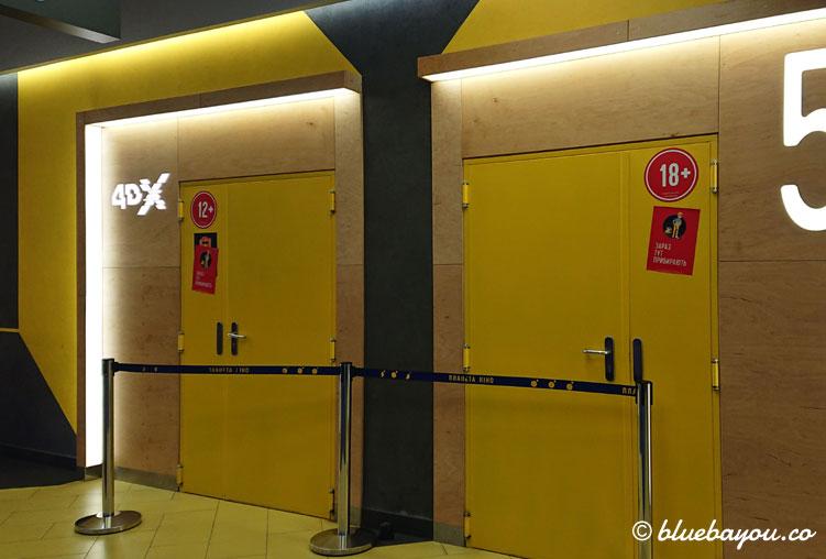 Der Eingang zum 4DX-Kinosaal im Planeta Kino im ukrainischen Lviv.