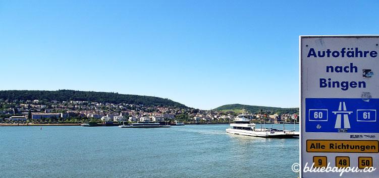 Die Bingener Autofähre bringt regelmäßig Passagiere von Bingen nach Rüdesheim und umgekehrt.