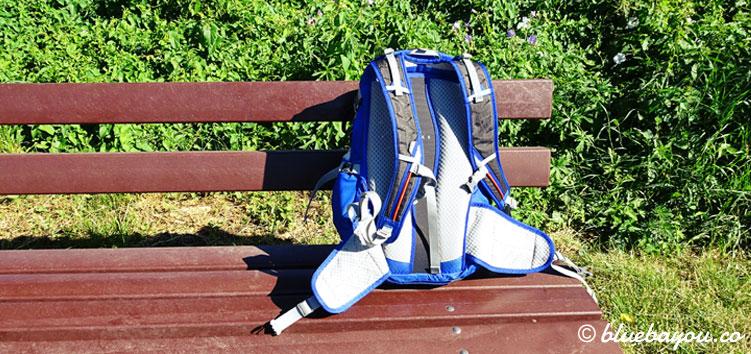 Traditionelles Foto: mein Rucksack auf der Bank.