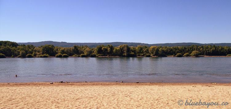 Strand am Rheinufer: viele Menschen entspannten hier am Nachmittag.