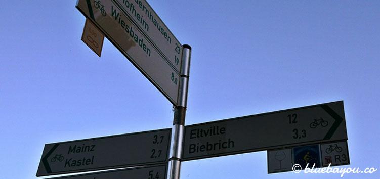 Kurz vor Biebrich: dieser Wegweiser sorgte für riesige Demotivation auf meiner Strecke von 72 Kilometern.