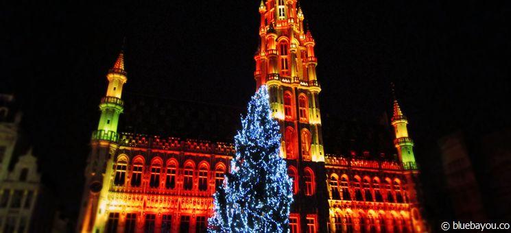 Illuminiertes Rathaus in Brüssel an Neujahr 2015