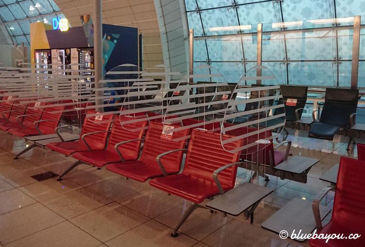 Abgetrennte Sitzplätze am Flughafen DXB in Dubai: willkommen in der neuen Realität.Abgetrennte Sitzplätze am Flughafen DXB in Dubai: willkommen in der neuen Realität.