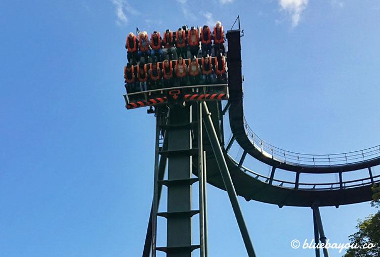 Oblivion: der Dive Coaster bei Alton Towers hält kurz vor dem Fall in die Tiefe.