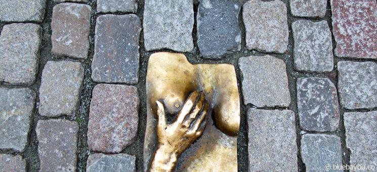 """Ein Relief aus Bronze auf dem Boden vor der Kirche """"Oude Kerk"""" im Rotlichtviertel in Amsterdam."""