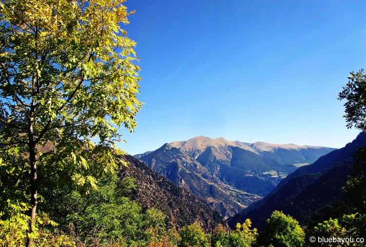 Traumhafter Ausblick über den sonnigen Zwergstaat Andorra.