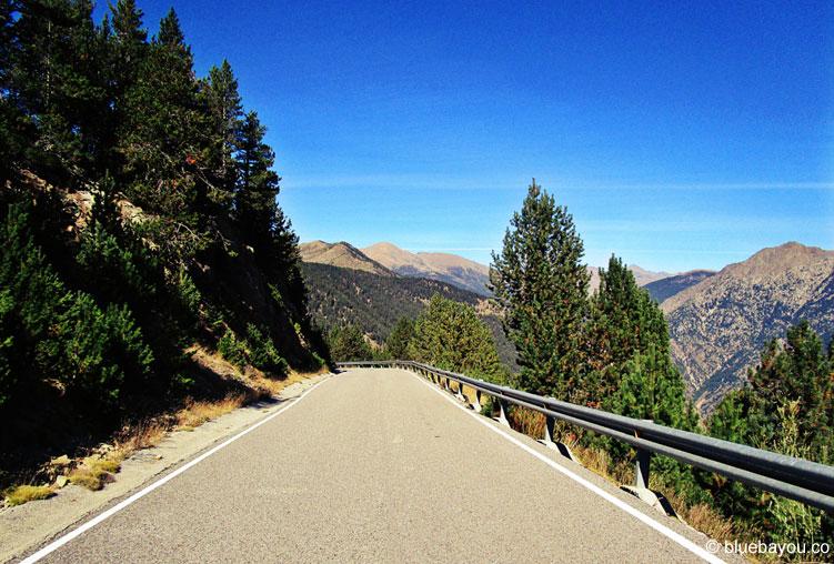 Unterwegs in den Bergen Andorras auf einer der vielen Serpentinenstraßen.