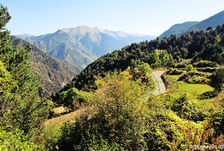 Eine Serpentinenstraße führt den Collada de la Gallina hinauf und bietet atemberaubende Blicke.