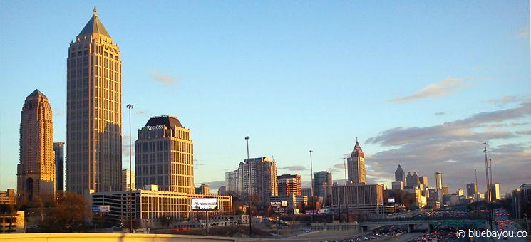 Atlanta, Georgia: Ausblick von der Brücke in der 14th Street NW auf die Skyline von Midtown im Vordergrund und Downtown im Hintergrund.