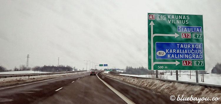 Autobahnschild in Litauen mit Beschilderung nach Kaliningrad, Russland.
