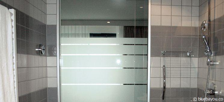 Gläsernes Bad im Hotel: Glasscheibe im Radisson Blu Hotel in Zürich vom Bad zum Zimmer hin.