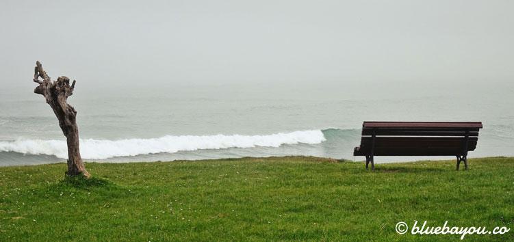 Pause auf einer Bank entlang des Jakobswegs mit Blick auf das Meer.