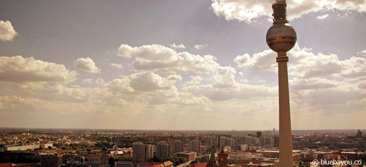 Der Berliner Fernsehturm vom Dach des Park Inn Hotels aus.