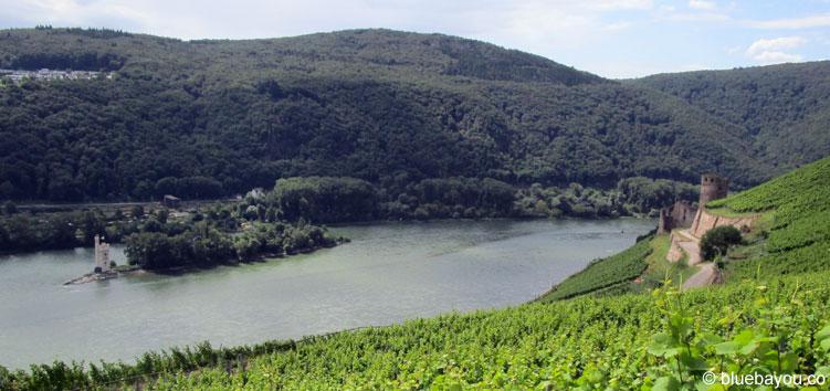 Der Rhein mit dem Binger Mäuseturm auf der Mäuseturminsel und rechts Burg Ehrenfels.