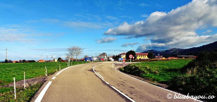 Strahlende Sonne über einem Dorf entlang des Jakobswegs.