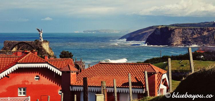Blick auf Comillas und das Meer im Hintergrund.