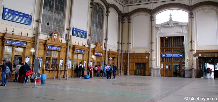 12.09.2015: Der Budapester Hauptbahnhof - kein Füchtling in Sicht.