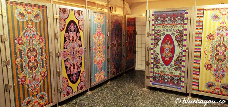 Bunte Toiletten im Freizeitpark Tivoli in Kopenhagen.