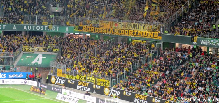 Der Gästeblock der Volkswagen Arena mit vielen gelben und hochmotivierten BVB-Fans aus Dortmund.
