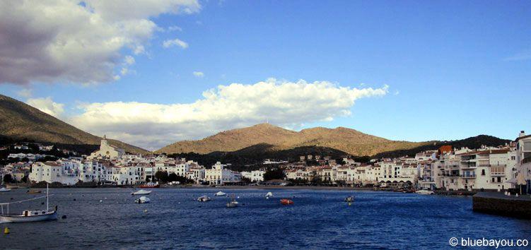 Hafenansicht des kleinen Dorfs Cadaqués in Spanien.
