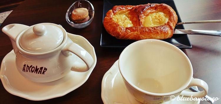 Aufwärmen in einem Café in Luarca.