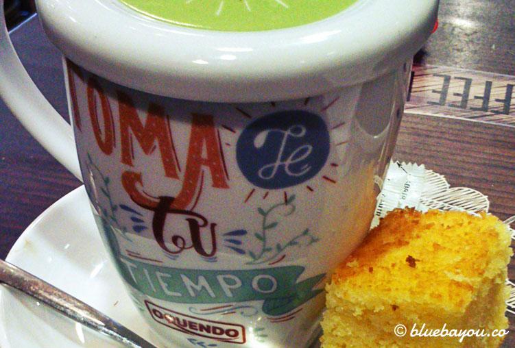 Tee in einem Café in Gijón: es regnet mir zu stark für lange Rundgänge durch die Stadt.