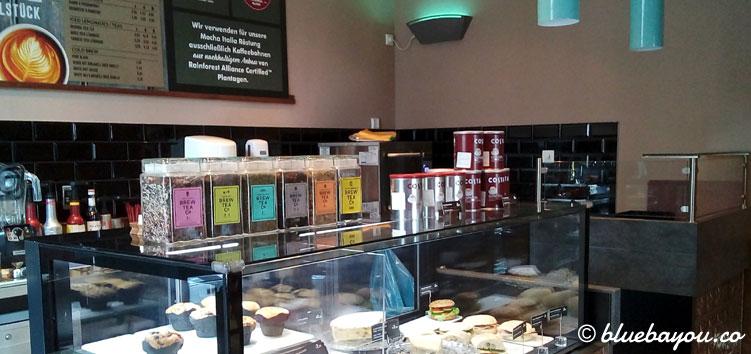 Costa Coffee in Frankfurt am Main: die Theke der ersten deutschen Filiale.