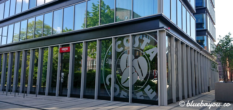 Costa Coffee im Premier Inn Hotel in Hamburg von außen.