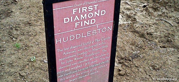 Im Crater of Diamonds State Park markieren Schaufeln mit Infotafeln die größten bisherigen Fundorte von Diamanten.