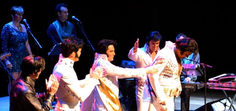 David Lee wird beim Ultimate Elvis Tribute Artist Contest von den anderen vier Finalisten beglückwünscht.