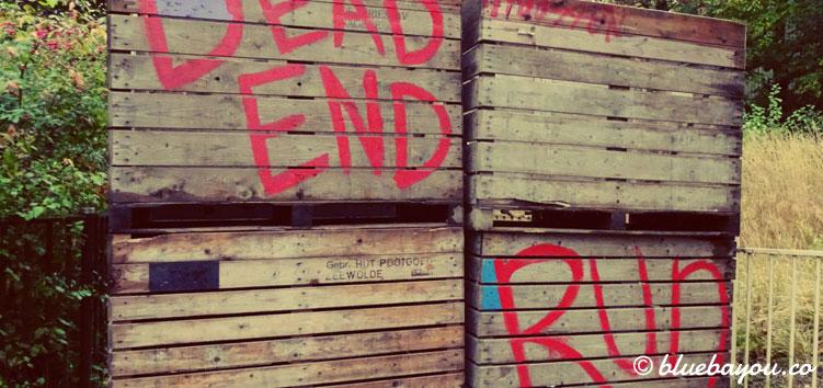 Dead End - Run: Dekoration in einer Scare Zone zur Halloween Fright Night in Walibi.