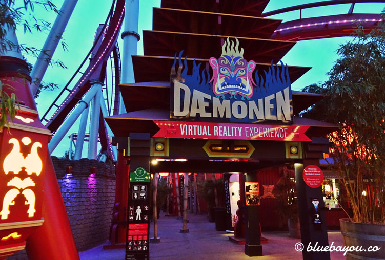 "Eingang zur Virtual-Reality-Achterbahn ""The Demon"" in Tivoli, Kopenhagen."