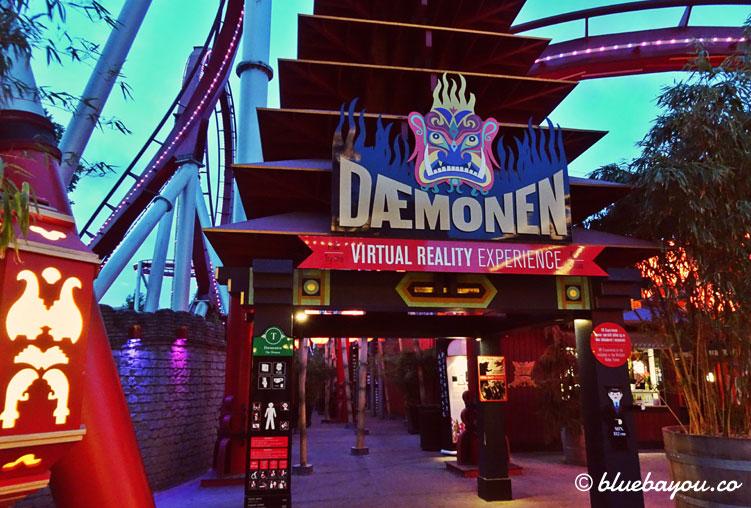 "Eingang zur Virtual-Reality-Achterbahn ""The Demon"" in Tivoli, Kopenhagen."