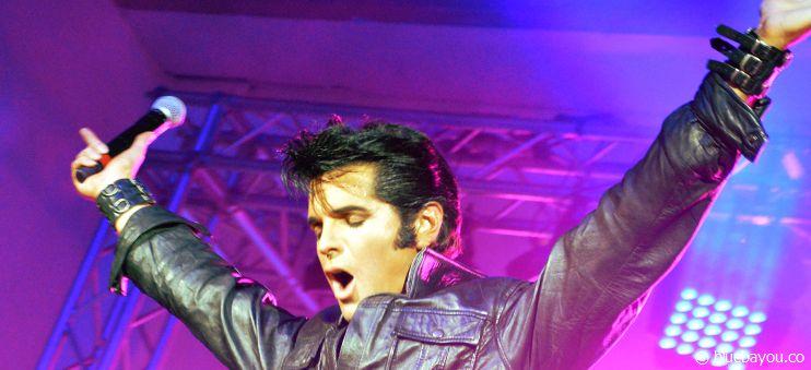 Auf der Bühne ist Dean Z voll in seinem Element und gibt den perfekten King of Rock 'n' Roll.