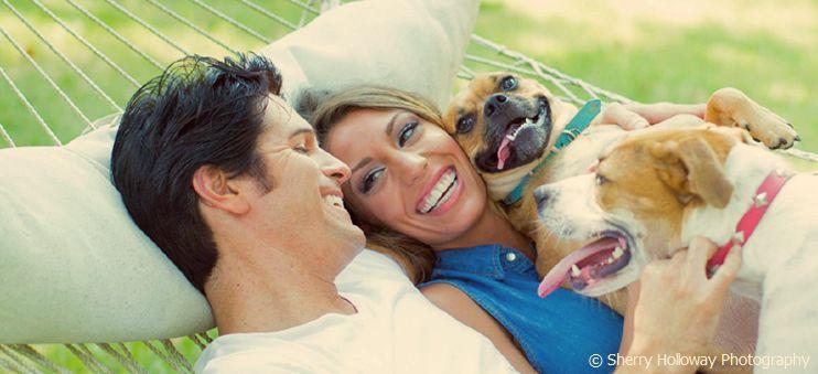 Dean Z zusammen mit seiner Frau Stephanie und seinen Hunden Cookie und Memphis.