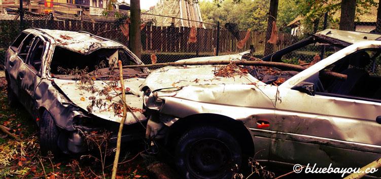 Dekoration einer Walibi Fright Nights Scare Zone: ein Autounfall.