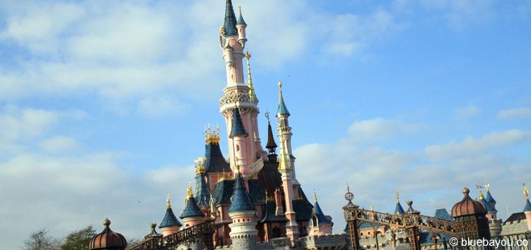 Das berühmte Sleeping Beauty Castle im Disneyland Park in Paris.