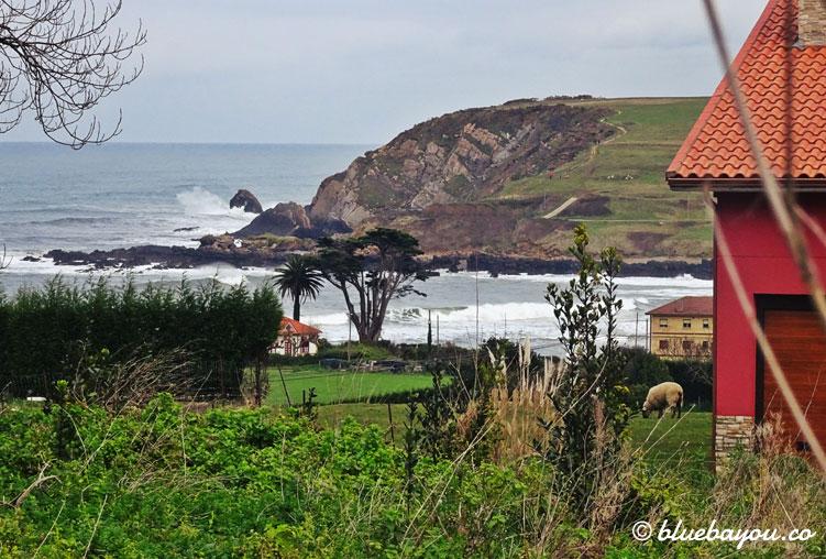 Die Klippen und das Meer hinter dem kleinen Dorf.