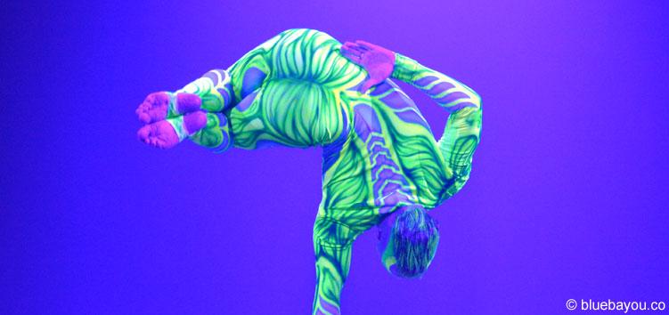Die zwei Artisten des Duo Polonski beeindrucken im Roncalli Weihnachtscircus mit perfekter Körperbeherrschung.