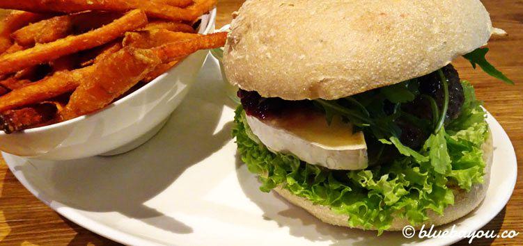 Der leicht abgewandelte Blue Pear Burger mit Süßkartoffelpommes bei Edelsatt in Hamburg.