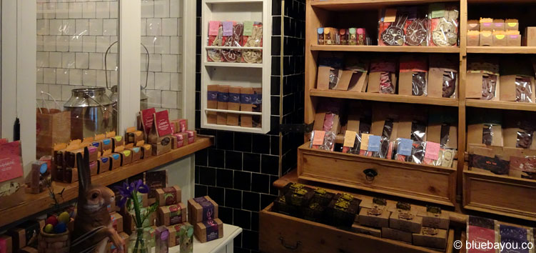 Vor allem die rechte Hälfte des kleinen Ladens ist voll mit kreativen Schokoladensorten.