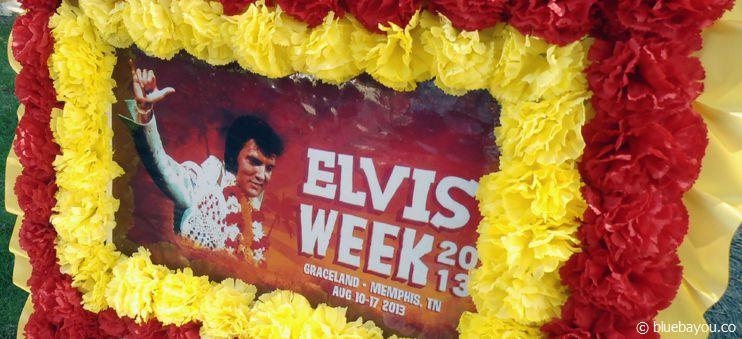 Ein Blumenkrank aus Japan im Meditation Garden zur Elvis Week 2013.