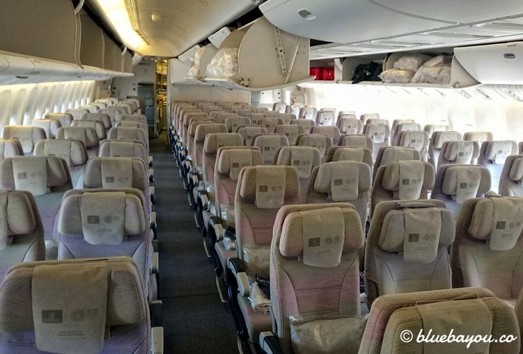 Leerer Emirates-Flieger auf dem Weg nach Dubai - fast immer hat man je eine leere Reihe vor und hinter sich.