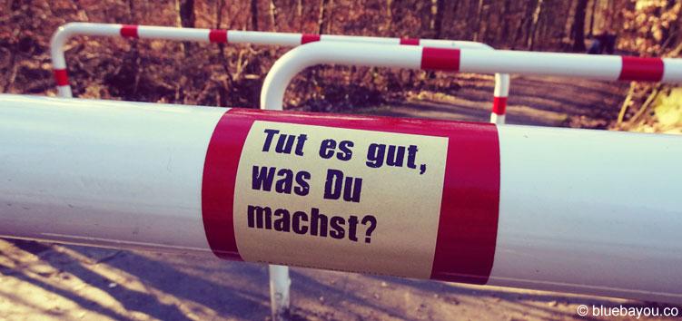Tut es gut, was Du machst? Post-It der Erinnerungsguerilla an der Burg Eltz.